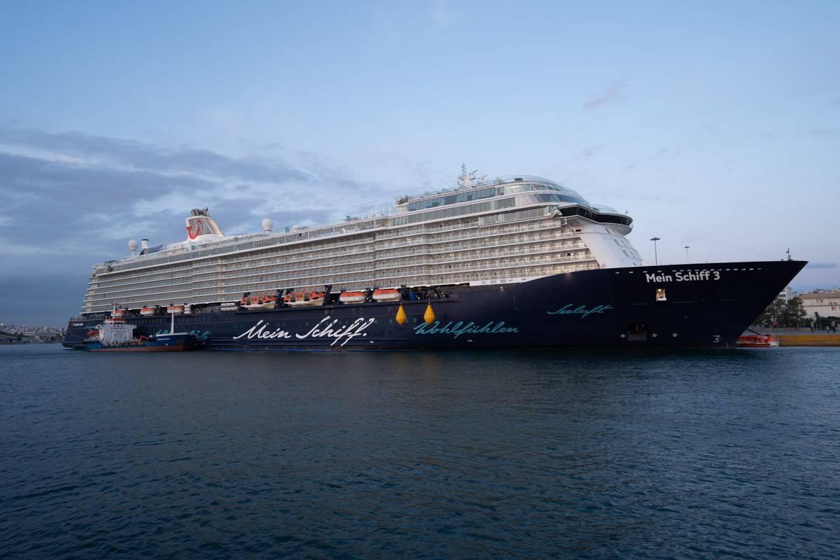 Mein Schiff 3 im Hafen von Piräus